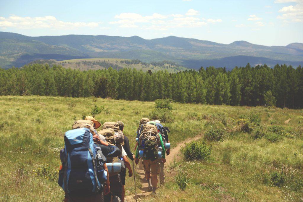 grupa turystow na szlaku