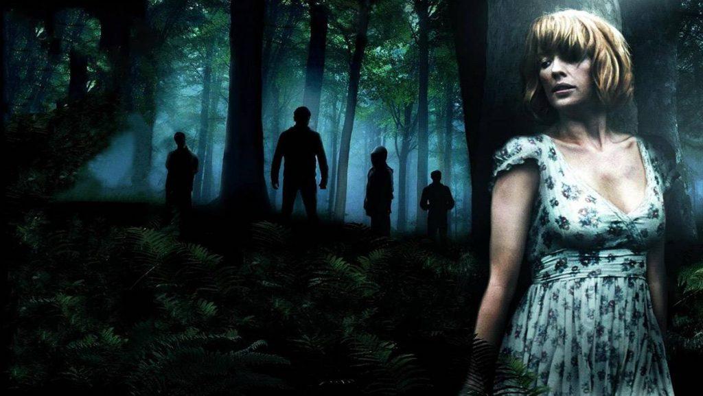 Kobieta w nocy w lesie