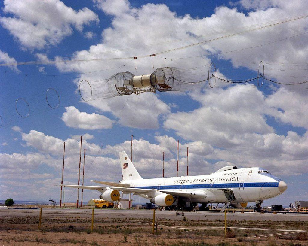 Samolot podczas testowania odporności na Impuls elektromagnetyczny