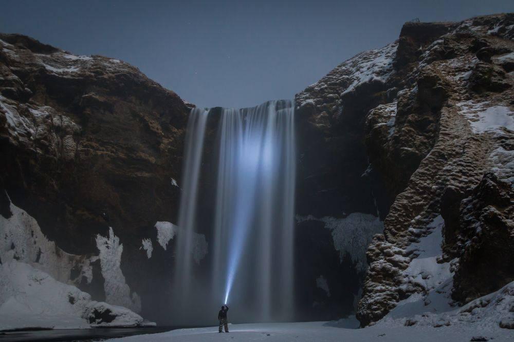 Wodospad w jasną zimową noc