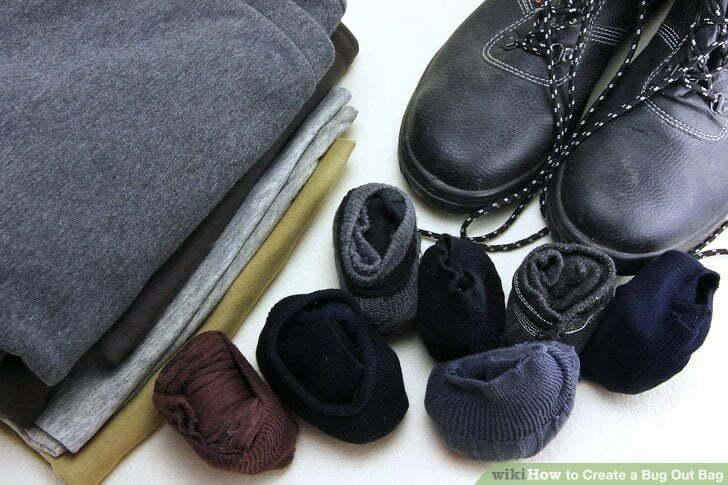 Buty, skarpety i bielizna w plecaku ewakuacyjnym
