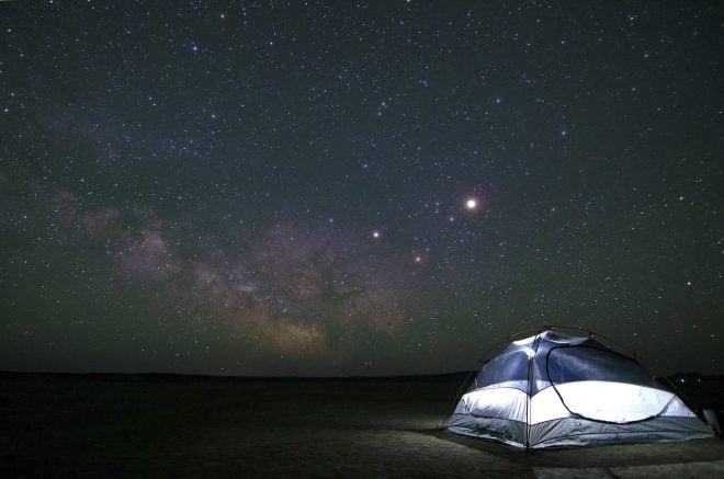 Namiot na tle gwieździstego nieba